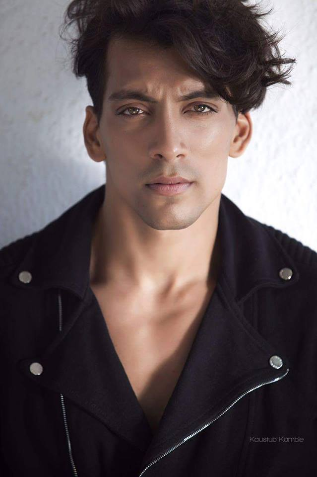 . The most attractive superficial quality of his Indian hombre is his hypnotic and spell-bounding brown eyes. Perhaps, he has one of the most beautiful eyes when it comes to models hailing from India.