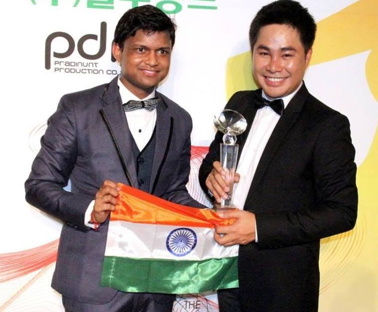"Sandeep Kumar being awarded as ""Best National Director"" by Pradit Pradinunt, the president of Mister Global and Supermodel International contests"