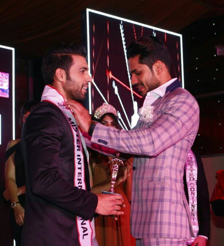 Tabish Gulzar while receiving the title of Rubaru Mister India 2017 from last year's winner Mudit Malhotra.