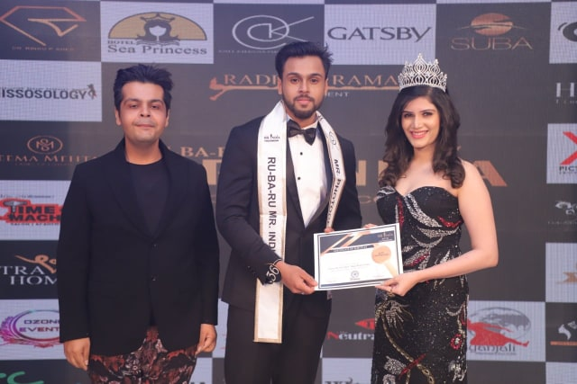 Syed Zain while receiving the special award for Mr Photogenic from Rubaru Miss India Elite 2016, Divya Shetty and ace Indian fashion photographer, Amit Khanna.